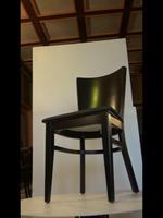 дървени столове с модерна визия  с атрактивен дизайн
